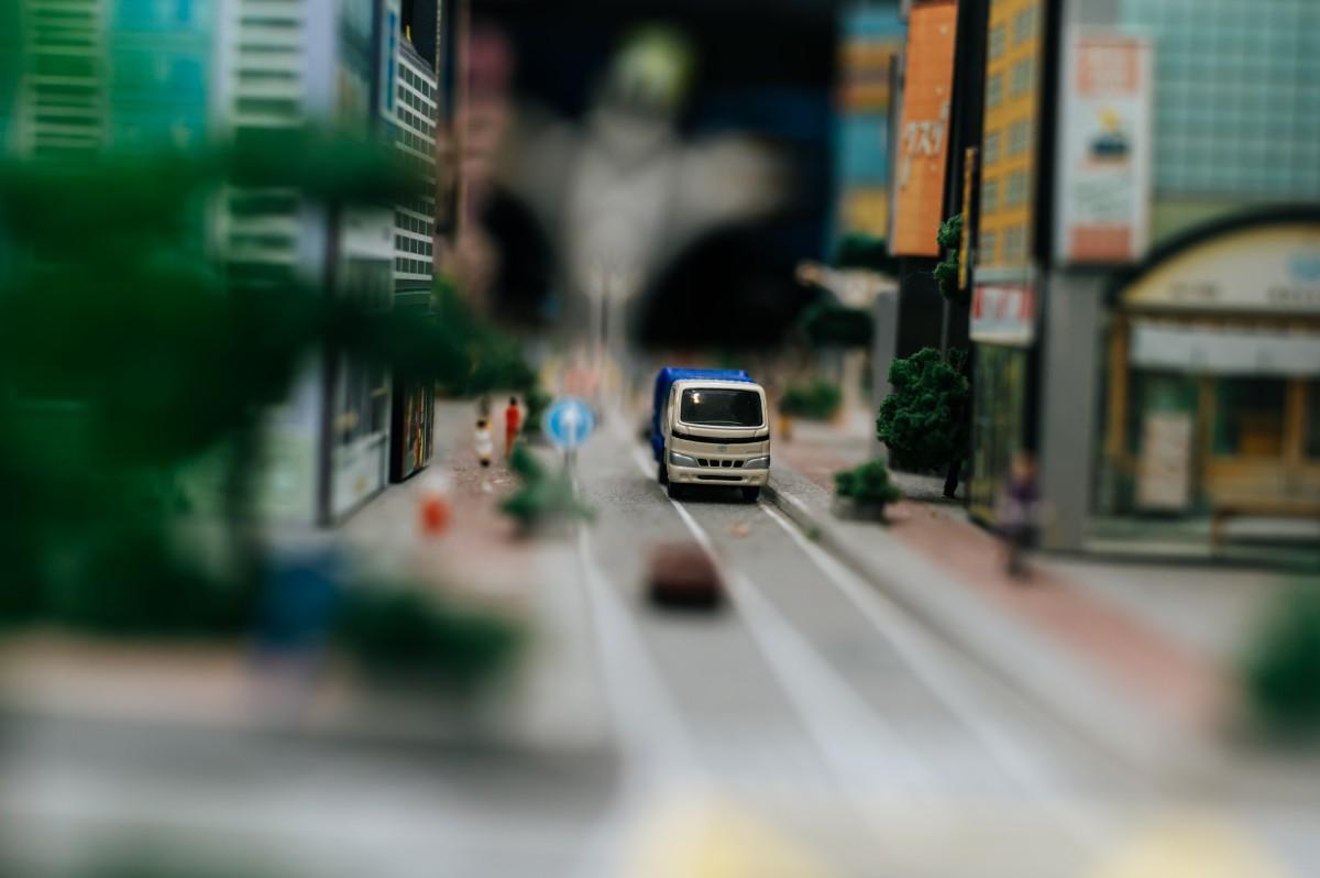 auto w miescie - widok z daleka