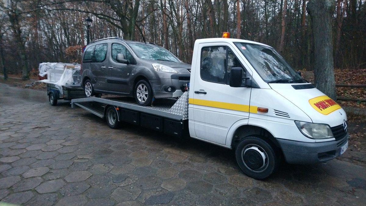 transport auta na lawecie na Bielanach