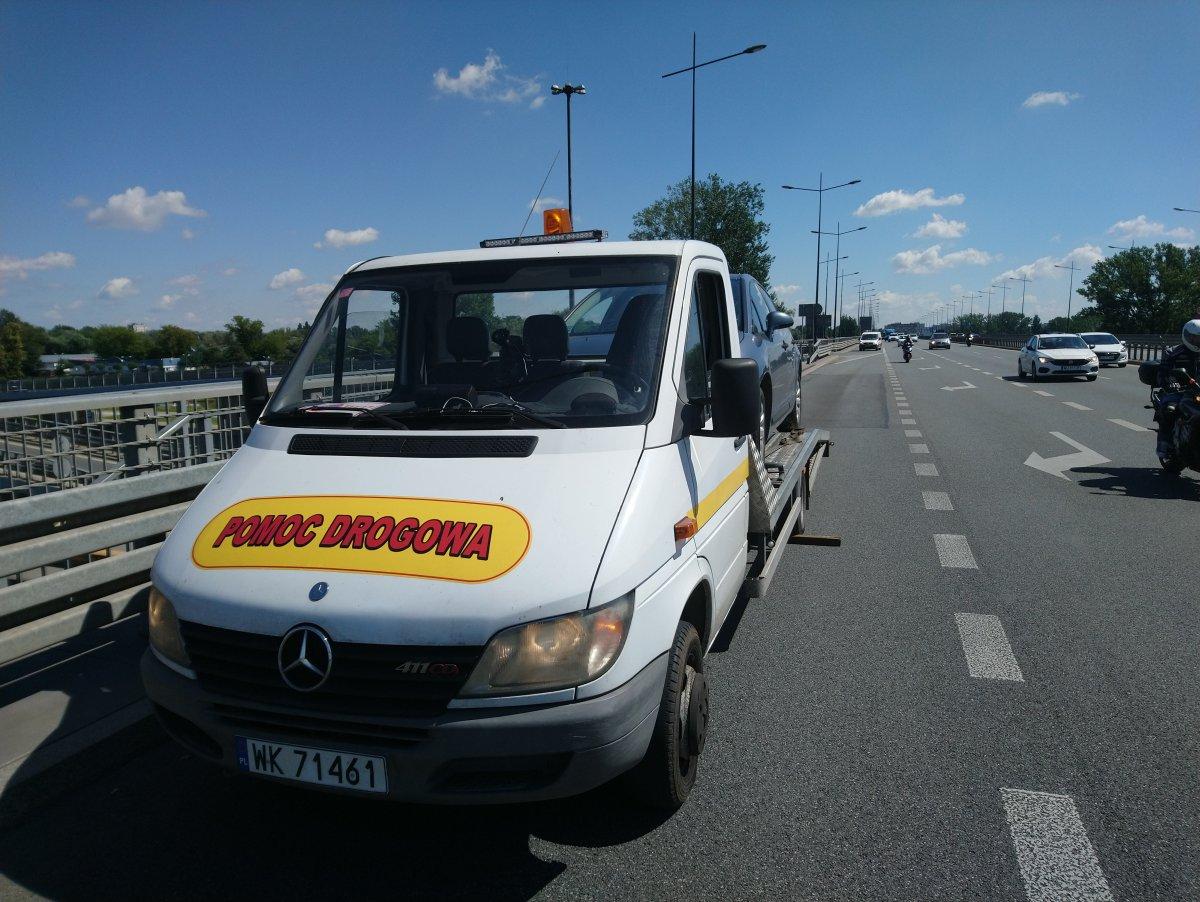 auto pomocy drogowej z autem osobowym na lawecie na Mokotowie