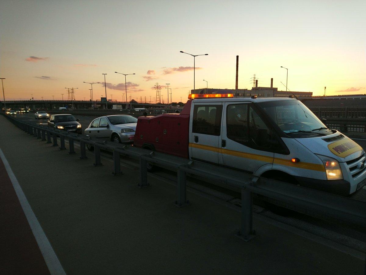 holowanie auta osobowego na widłach na Pradze Północ