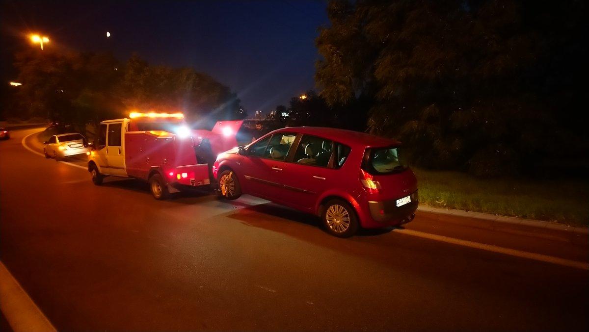 holowanie auta osobowego na widłach nocą na Pradze Północ