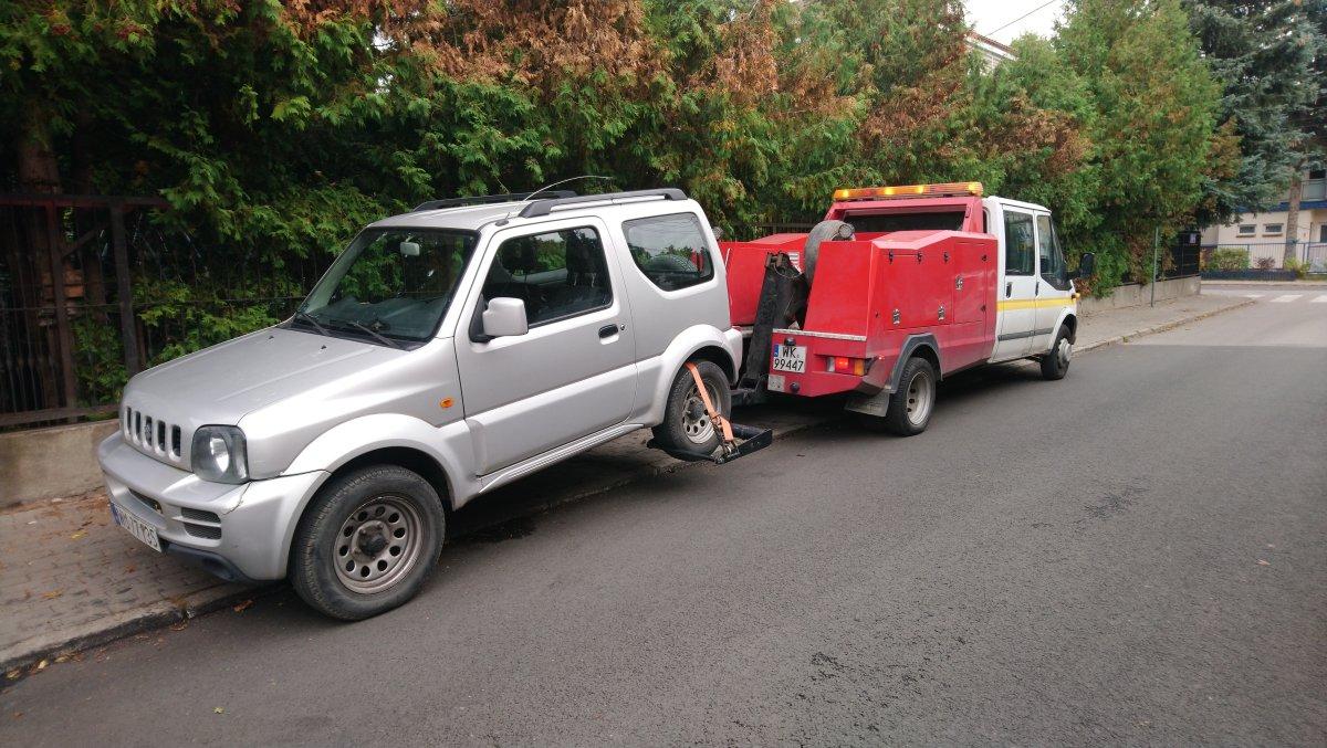 holowanie jeepa na widłach w dzielnicy Włochy